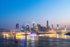 Paesaggio urbano e orizzonte di Chongqing alla notte fotografia stock