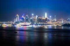 Paesaggio urbano e orizzonte di Chongqing alla notte immagini stock libere da diritti