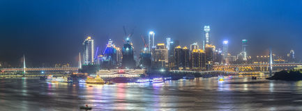 Paesaggio urbano e orizzonte di Chongqing alla notte immagine stock