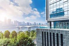 Paesaggio urbano e orizzonte di Chongqing in cielo della nuvola sulla vista fotografie stock libere da diritti