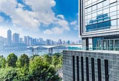 Paesaggio urbano e orizzonte di Chongqing in cielo della nuvola sulla vista fotografie stock