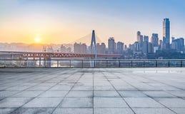 Paesaggio urbano e orizzonte di Chongqing dal pavimento vuoto del mattone fotografia stock libera da diritti