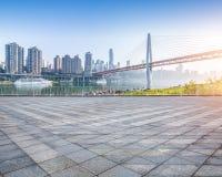 Paesaggio urbano e orizzonte di Chongqing dal pavimento vuoto del mattone fotografie stock libere da diritti
