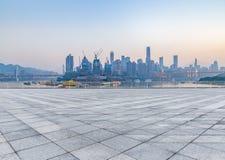 Paesaggio urbano e orizzonte di Chongqing dal pavimento vuoto del mattone immagine stock
