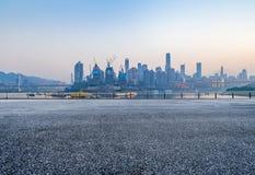 Paesaggio urbano e orizzonte di Chongqing dal pavimento vuoto del mattone immagine stock libera da diritti