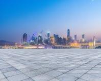 Paesaggio urbano e orizzonte di Chongqing dal pavimento vuoto del mattone alla notte fotografia stock