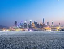Paesaggio urbano e orizzonte di Chongqing dal pavimento vuoto del mattone alla notte fotografie stock