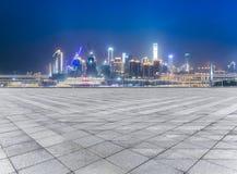 Paesaggio urbano e orizzonte di Chongqing dal pavimento vuoto del mattone alla notte immagine stock libera da diritti