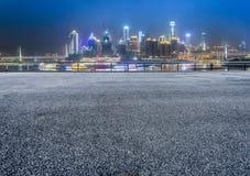 Paesaggio urbano e orizzonte di Chongqing dal pavimento vuoto del mattone alla notte immagini stock libere da diritti