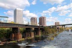 Paesaggio urbano e ponte della ferrovia sopra James River fotografia stock