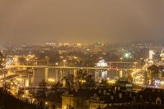 Paesaggio urbano e ponti di Praga sopra il fiume della Moldava nell'inverno alla notte dal castello di Praga Immagini Stock Libere da Diritti