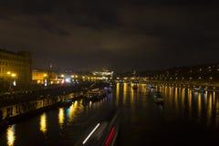 Paesaggio urbano e ponti di Praga sopra il fiume della Moldava nell'inverno alla notte dal castello di Praga Immagine Stock
