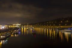 Paesaggio urbano e ponti di Praga sopra il fiume della Moldava nell'inverno alla notte dal castello di Praga Fotografia Stock