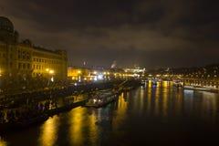 Paesaggio urbano e ponti di Praga sopra il fiume della Moldava nell'inverno alla notte dal castello di Praga Fotografie Stock