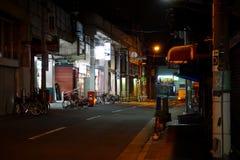 Paesaggio urbano e traffico alla notte immagine stock