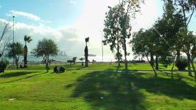 Paesaggio urbano e vista sul mare dentro l'automobile in città Smirne