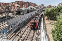 Paesaggio urbano, ferrovia esteriore della metropolitana nel quarto di Sants, Barcellona Fotografia Stock