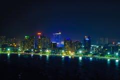 Paesaggio urbano, luci variopinte nella notte alla spiaggia di Pattaya fotografia stock