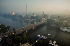 Paesaggio urbano metropolitano con una torre e un ponte Fotografia Stock