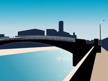 Paesaggio urbano moderno con il fiume ed il ponticello. Fotografia Stock