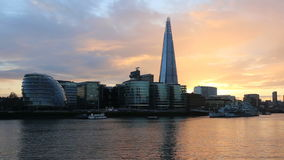 Paesaggio urbano moderno di Londra al tramonto stock footage