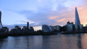 Paesaggio urbano moderno di Londra con il ponte della torre ed il coccio stock footage