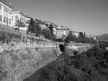 Paesaggio urbano monocromatico di Citta Alta, la città superiore di Bergamo Immagini Stock