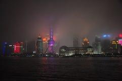 Paesaggio urbano nebbioso e piovoso a Shanghai, Cina Fotografia Stock