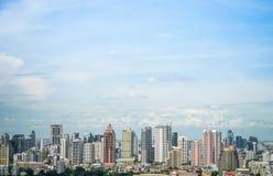 Paesaggio urbano nel cielo di luce del giorno fotografia stock libera da diritti