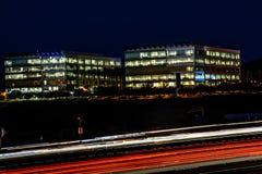 Paesaggio urbano occupato dell'autostrada senza pedaggio e dell'ufficio di notte di Silicon Valley Immagine Stock