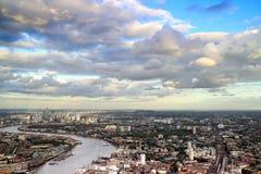 Paesaggio urbano orientale di Londra con il Tamigi e Canary Wharf nell'orizzonte Fotografia Stock