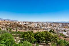 Paesaggio urbano panoramico di Almeria con le pareti del castello di Alcazaba Immagine Stock