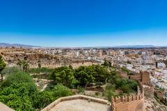 Paesaggio urbano panoramico di Almeria con le pareti di Alcazaba & di x28; Castle& x29; Fotografie Stock