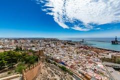 Paesaggio urbano panoramico di Almeria con le pareti di Alcazaba & di x28; Castle& x29; Fotografie Stock Libere da Diritti
