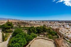 Paesaggio urbano panoramico di Almeria con le pareti di Alcazaba & di x28; Castle& x29; Immagini Stock