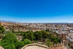 Paesaggio urbano panoramico di Almeria con le pareti di Alcazaba & di x28; Castle& x29; Fotografia Stock Libera da Diritti