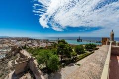 Paesaggio urbano panoramico di Almeria con le pareti di Alcazaba & di x28; Castle& x29; Immagine Stock Libera da Diritti