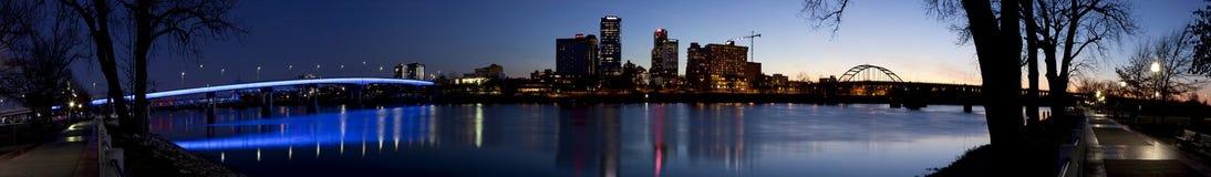 Paesaggio urbano panoramico di sera di Little Rock, Arkansas, dall'altro lato del fiume Arkansas Fotografie Stock Libere da Diritti