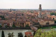 Paesaggio urbano panoramico di Verona, Veneto, Italia Vista dell'Adige, Ponte Pietra Bridge, della Cattedrale di Complesso immagini stock libere da diritti