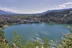 Paesaggio urbano sanguinato della città con il lago e le alpi Fotografia Stock Libera da Diritti