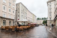 Paesaggio urbano scenico del centro urbano storico di Salisburgo una d piovosa Immagini Stock Libere da Diritti