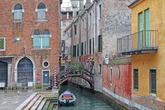 Paesaggio urbano tradizionale di Venezia Canale pittoresco e ponte dell'acqua L'Italia fotografie stock libere da diritti