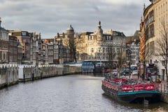 Paesaggio urbano - vista del mercato che galleggia sulle chiatte, il canale di Singel, città del fiore di Bloemenmarkt di Amsterd Fotografia Stock