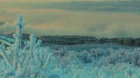 Paesaggio urbano - vista della città gelida con la montagna stock footage