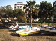 Paesaggio urbano, vista di vecchie barche vicino alla spiaggia, Cipro Immagine Stock