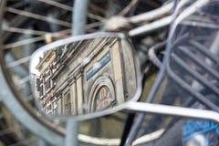 Paesaggio urbano - vista sulla chiesa cristiana a Amsterdam, riflessione in uno specchio laterale del motociclo Fotografia Stock