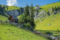 Paesaggio vago della montagna con la cappella e la mungitrice di legno, bav superiore Fotografia Stock Libera da Diritti