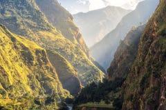 Paesaggio variopinto con le montagne, fiume ad alba di estate Immagini Stock Libere da Diritti