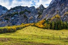 Paesaggio variopinto della montagna di autunno delle alpi con il cielo nuvoloso blu L'Austria, Tirolo Immagini Stock