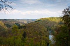 Paesaggio variopinto della valle con il fiume ed il cielo nuvoloso Fotografia Stock